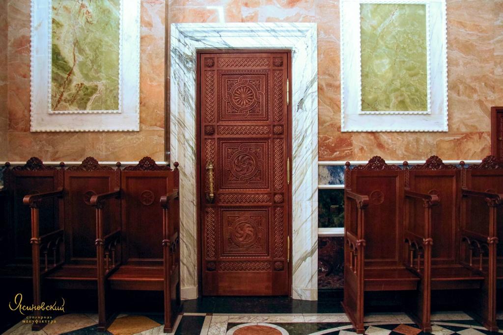 резная дверь и стасидии