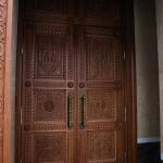огромные резные двери