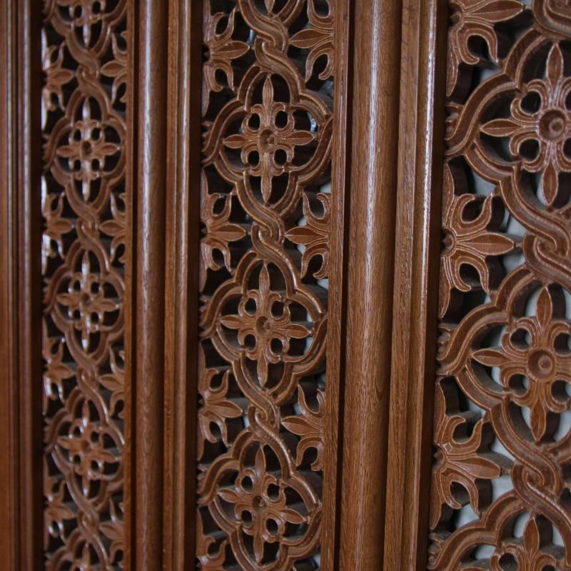 Двери с прорезной резьбой