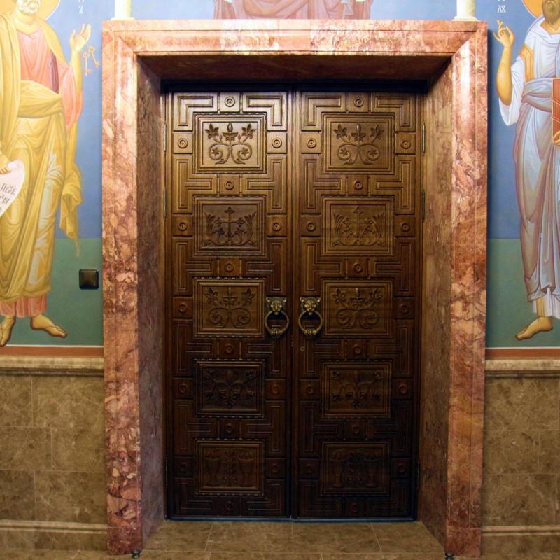 Двери из притвора в храм