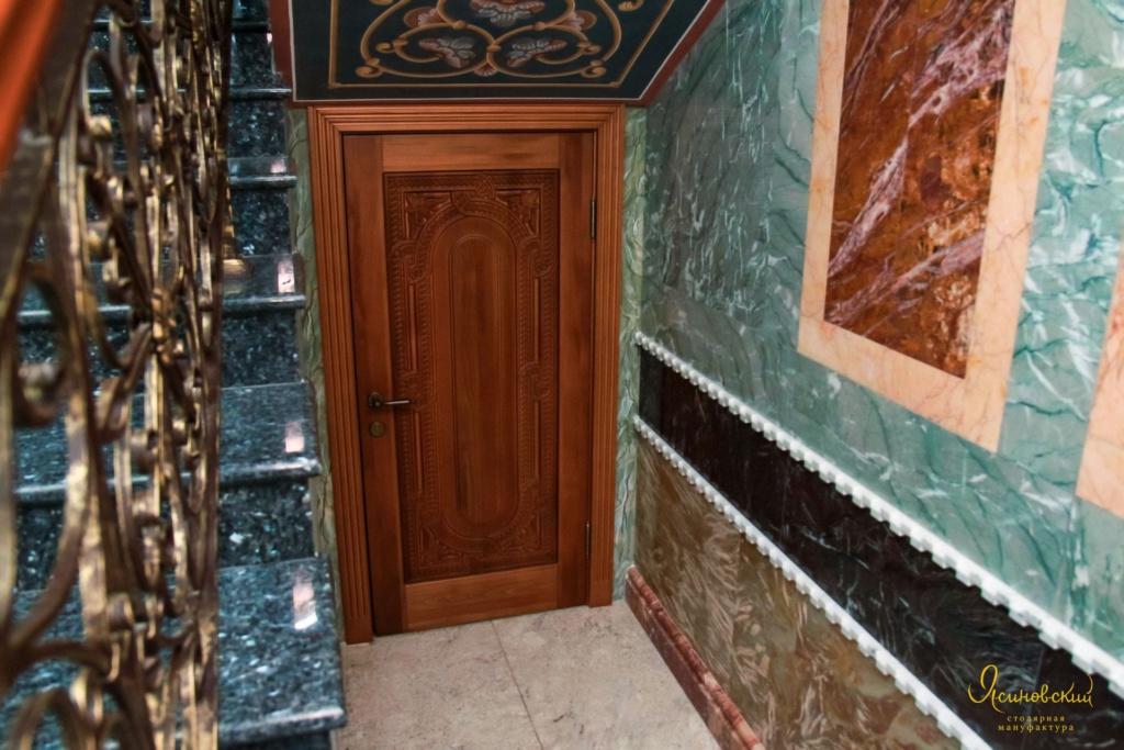 резная деревянная дверь в техпомещение