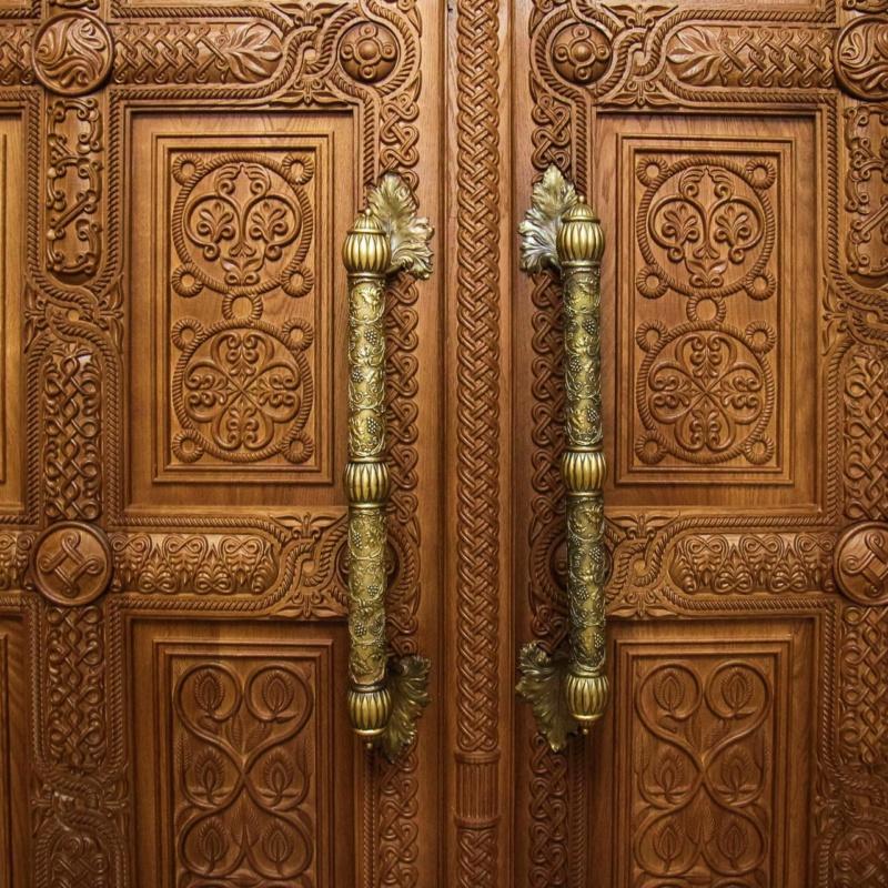 Входные двери в церковь