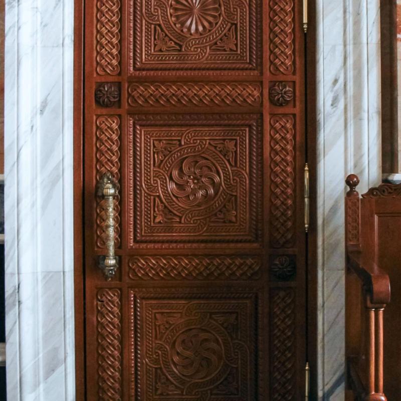 Резная дверь в церкви